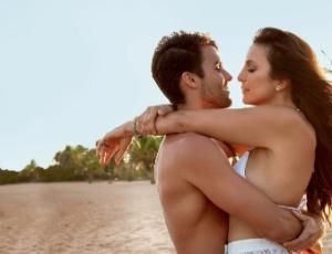 """Ivete posa com o marido, Daniel Cady, na Praia do Forte, para a revista """"Contigo!"""""""